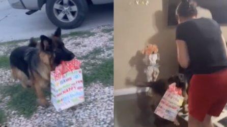 Vuole essere lui il primo a darle il regalo: una tenerezza unica