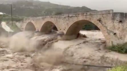 Il fiume in piena si scaraventa contro il ponte: l'inondazione spaventosa