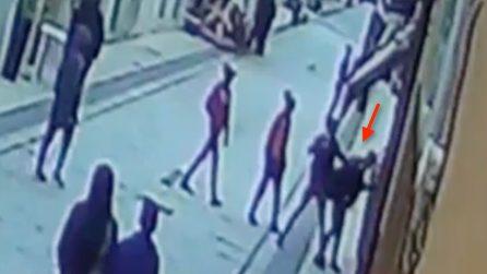 Ragusa, l'aggressione omofoba contro un ragazzo: colpito con calci e pugni