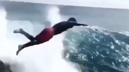 Aspetta l'onda per tuffarsi: adrenalina allo stato puro