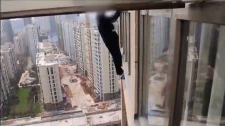Si arrampica al 23esimo piano di un edificio per sfuggire alla polizia: le immagini assurde