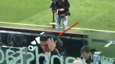 Dybala viene sostituito, l'argentino va in panchina e si lascia andare a un gesto di stizza