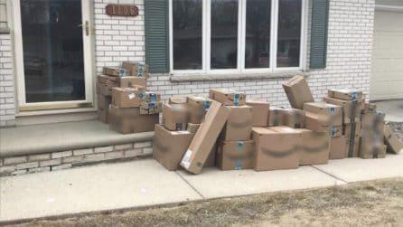 Il marito torna da lavoro e trova il viale di casa ricoperto di scatole: l'idea geniale della moglie