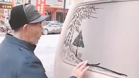 Il vetro dell'auto è impolverato: quest'uomo fa un disegno magnifico