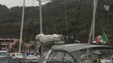 Mare in tempesta: nel porto le barche dondolano pericolosamente