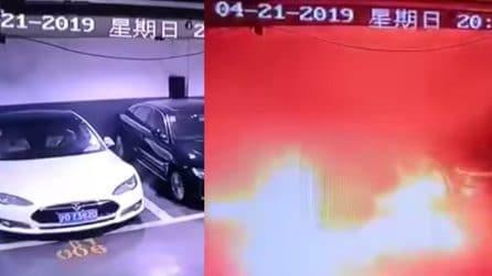 Ferma nel parcheggio, all'improvviso l'auto prende fuoco