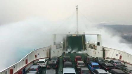 Maltempo, paura nello Stretto di Messina: onde altissime arrivano a bordo della nave