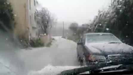 In pochi minuti le strade si imbiancano: tempesta improvvisa di grandine