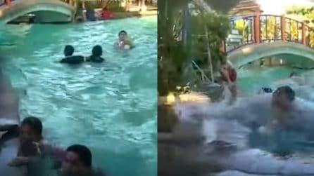 Persone sono in piscina quando all'improvviso la terra trema: la scossa di terremoto è spaventosa