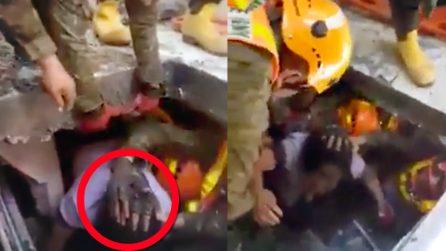 Crolla un supermercato durante il terremoto: i soccorritori estraggono una donna dalle macerie