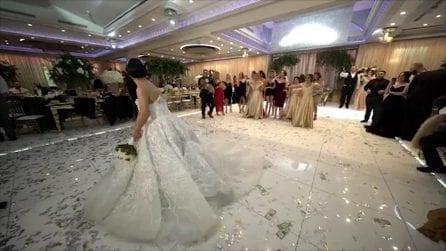Il lancio del bouquet viene interrotto da una sorpresa inaspettata: la reazione della sposa