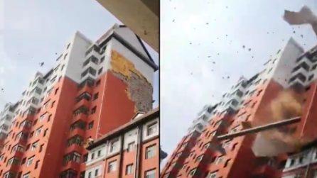Parte del grattacielo cede improvvisamente, le immagini choc