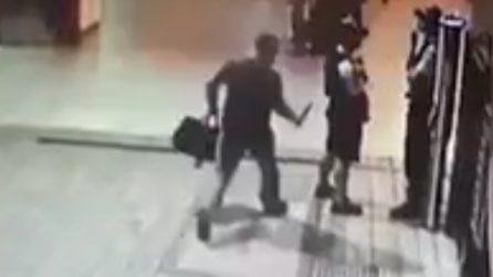 Poliziotto accoltellato improvvisamente alla stazione: quello che accade è terribile