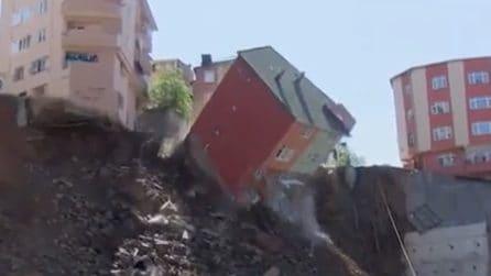 L'edificio viene inghiottito dalla voragine e crolla