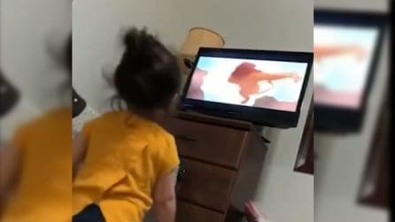 È la scena de Il Re leone in cui muore Mufasa: la piccola non può crederci