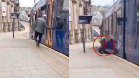 Non riesce a stare in piedi e cade sui binari: panico in stazione