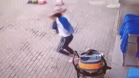 Fermo in strada: all'improvviso si stacca una parete dall'alto e cade verso il ragazzo