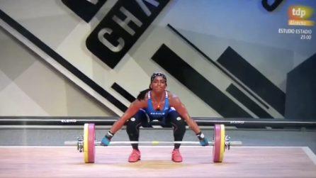 Solleva il bilanciere di 110 kg ma si spezza il braccio: il terribile incidente