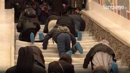 Scala Santa, fedeli salgono in ginocchio a Roma dopo i lavori di restauro
