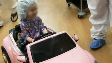 Bimbi malati entrano in sala operatoria a bordo di auto giocattolo per placare la paura