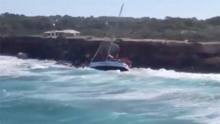 Paura in mare: onde alte 6 metri spingono una barca contro una scogliera