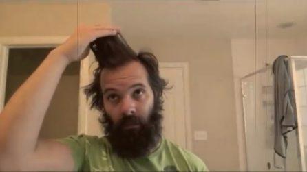Taglia barba e capelli dopo 6 mesi: diventa un'altra persona