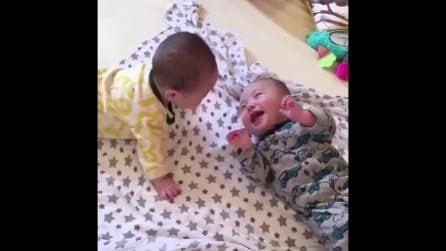 I due gemellini non smettono di ridere: la mamma filma la tenerissima scena