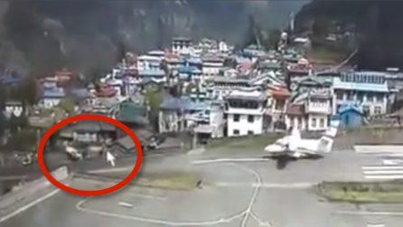 Incidente Nepal, il momento scioccante in cui l'aereo si scontra con l'elicottero