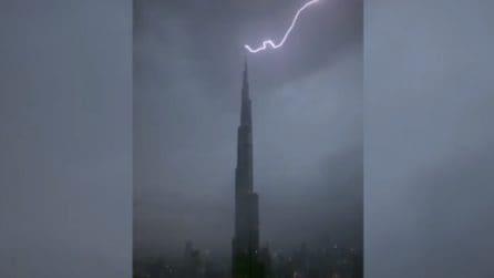 Dubai, il grattacielo più alto al mondo colpito da un fulmine: le immagini apocalittiche