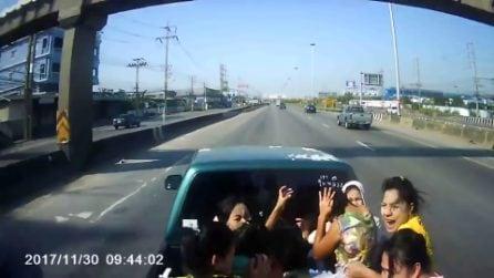 Passeggeri vengono scaraventati in strada: le immagini choc