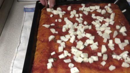 Pizza in teglia fatta in casa: una vera delizia per il palato
