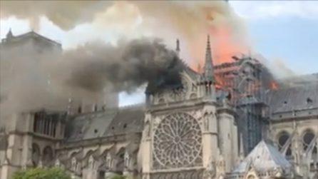 Parigi, terribile incendio nella cattedrale di Notre Dame: le immagini drammatiche