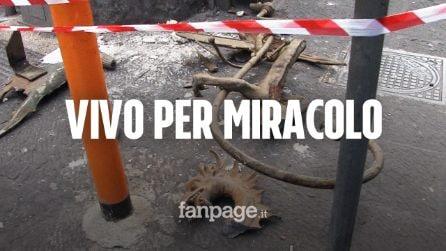 """Napoli, giovane ferito dal crollo di una vecchia insegna: """"Aveva buco in testa, vivo per miracolo"""""""