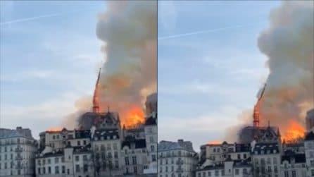 Parigi, incendio a Notre Dame: il momento drammatico del crollo della guglia