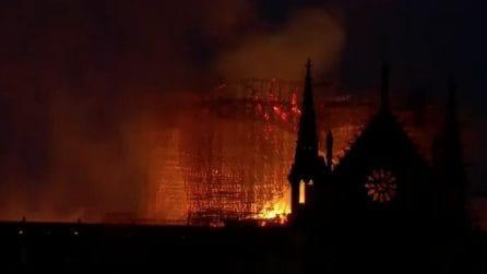Incendio Notre Dame, lo scheletro della cattedrale avvolto dalle fiamme