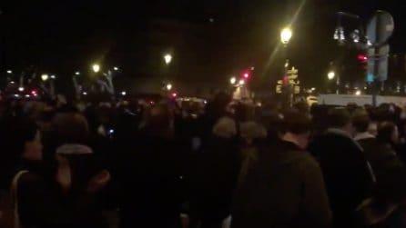 Le torri della cattedrale di Notre Dame sono salve, applausi ai vigili del fuoco