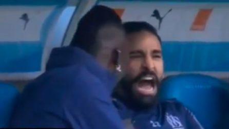 Balotelli fa male a Rami in panchina: il francese urla di dolore