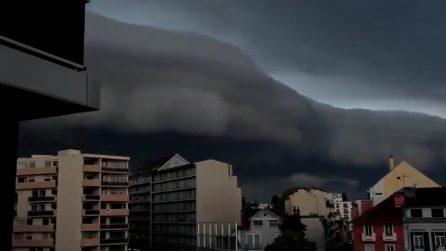 Sembra uno tsunami che si abbatte sulle case: il fenomeno mette i brividi