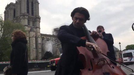 """Parigi, incendio Notre Dame, violoncellista suona davanti alla Cattedrale: """"Appartiene a tutti noi"""""""