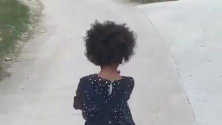 Pia Fico Balotelli imita la camminata di mamma Raffaella