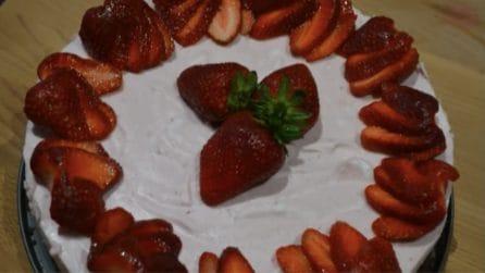 Torta al cacao e mousse di fragole: una base biscottata con una crema irresistibile