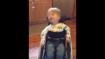 Costretto alla sedia a rotelle sin da quando è nato: mostra tutta la sua gioia di vivere