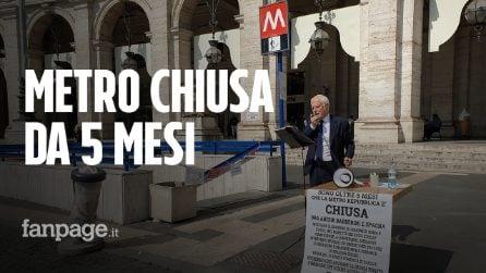 """Metro Repubblica chiusa da cinque mesi, la protesta di Angelo: """"Sarò in piazza finché non la riaprono"""""""