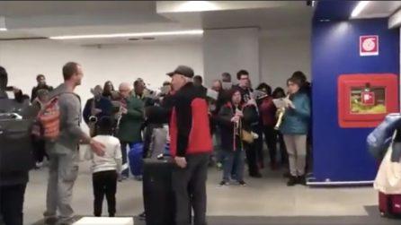 Arrivano all'aeroporto con i bambini adottati in Perù: l'accoglienza è emozionante