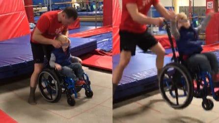 In sedia a rotelle salta sui tappeti elastici. Bambino con la spina bifida commuove il mondo