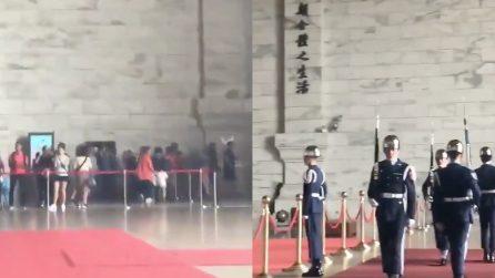 Taiwan, turisti scappano durante il terremoto: ma la guardia presidenziale continua la sua marcia