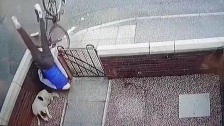 Finisce a testa in giù in una proprietà: le telecamere mostrano il terribile impatto