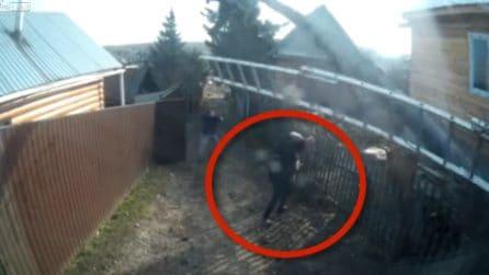 Elettricista si schianta al suolo con la scala, donna anziana viene colpita