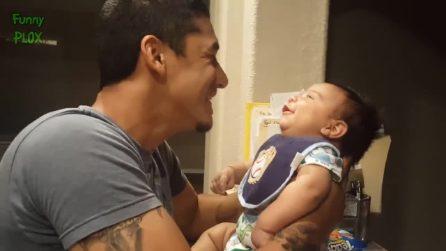 Il papà ascolta la voce del figlioletto e si commuove