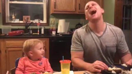 Il papà fa una risata rumorosa: il figlio lo guarda stranito e poi reagisce